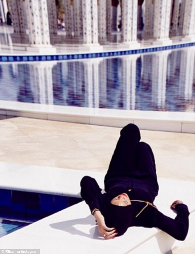 Rihanna Kicked Out of Mosque